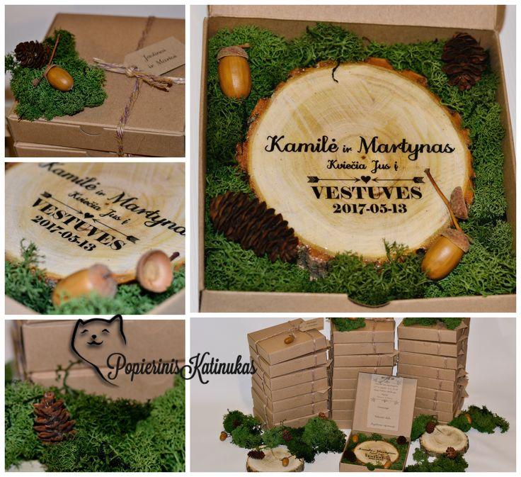 Originalus kvietimas į miško pasakos vestuves: natūralus medis, samanos ir gilės kraftinio popieriaus dėžėje.   Original woodland wedding invitation: natural wood, moss and acorns in simple paper box.