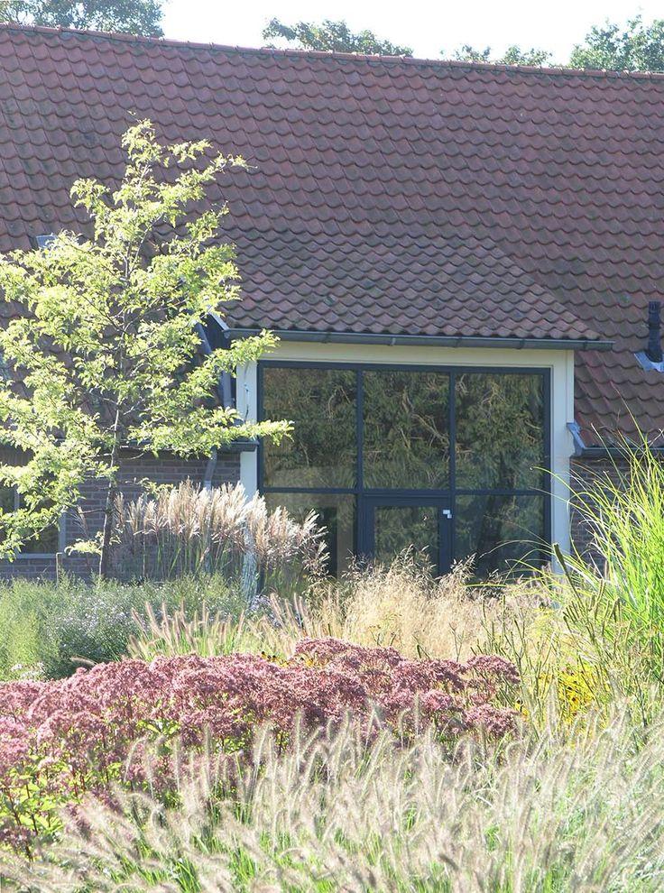 Mooie grote pui in gerenoveerde boerderij, ontwerp tuin en transformatie boerderij door Locus Flevum.