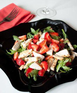 Салат из курицей с рукколой и клубникой