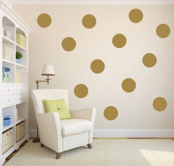 Salotto con parete a pois - Salotto con parete decorata con pois dorati
