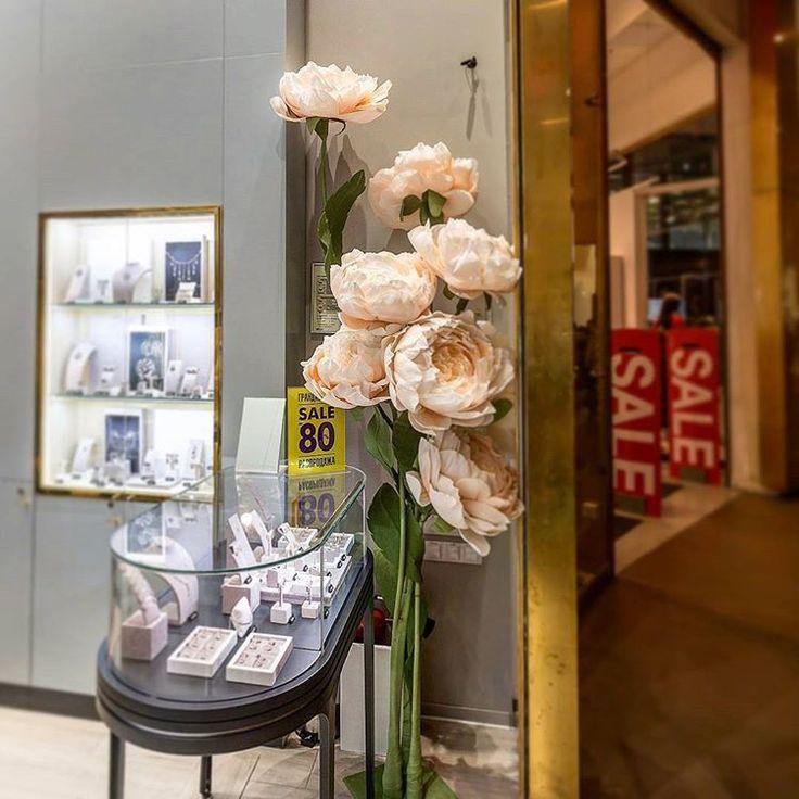 🌷🌷🌷Наши красавчики пионы радуют всех посетителей Галереи)❤ Посещаемость магазина💍💍🛍 Valtera Diamond 💎 заметно увеличилась, а значит мы свою миссию выполнили- привлекли новых клиентов в магазин) и сделали мир еще немного красивее) 😍😍 #wowflowers #valteradiamond #valtera #галереяспб #галерея #мастеркласспитер #мастерклассцветы  Автор @anny_tsvetkova Наше портфолио @tsvetkova_flowers