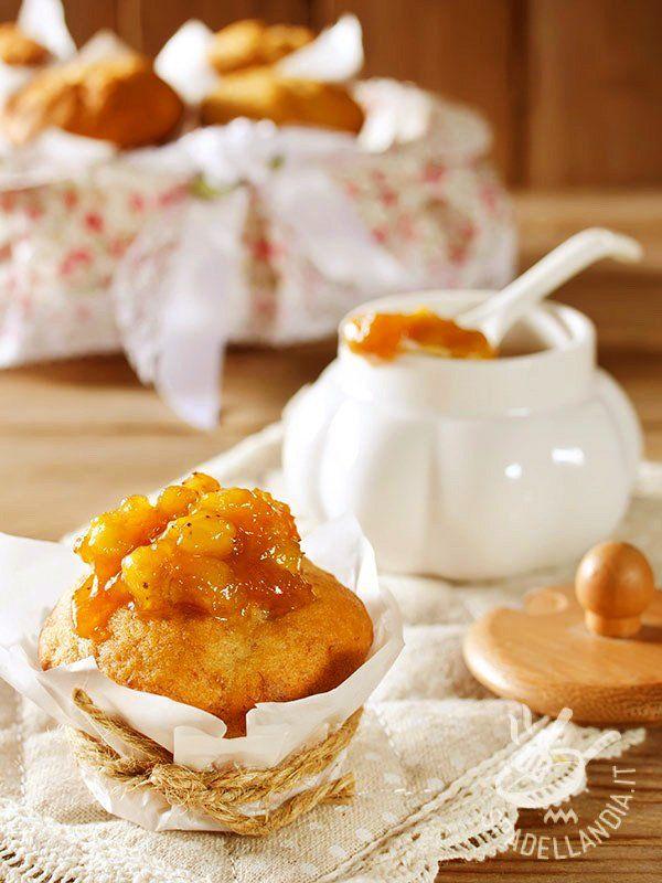 Muffins with jam bananas - Che ne dite di preparare dei dolci golosissimi e un po' diversi dal solito? Provate questi Muffins alla confettura di banane: chiederanno il bis! #muffinallabanana #muffinallaconfettura