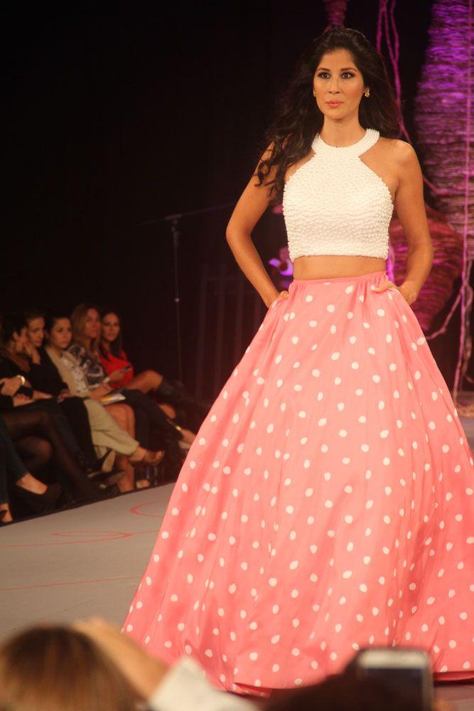 Falda en tonos rosa con puntos blancos y croptop blanco