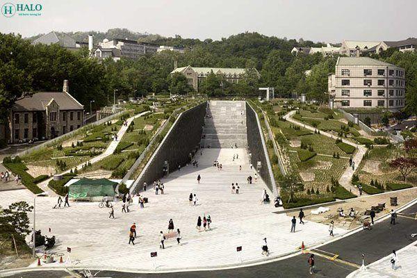 Trường đại học nữ sinh Ewha Hàn Quốc (Ewha Woman University) là trường đại học dành riêng cho phái nữ lớn nhất Hàn Quốc cũng như trên thế giới. Đây là một ngôi trường danh giá với chất lượng đào tạo xuất sắc, nơi sản sinh ra nhiều nhân tài, trong đó không