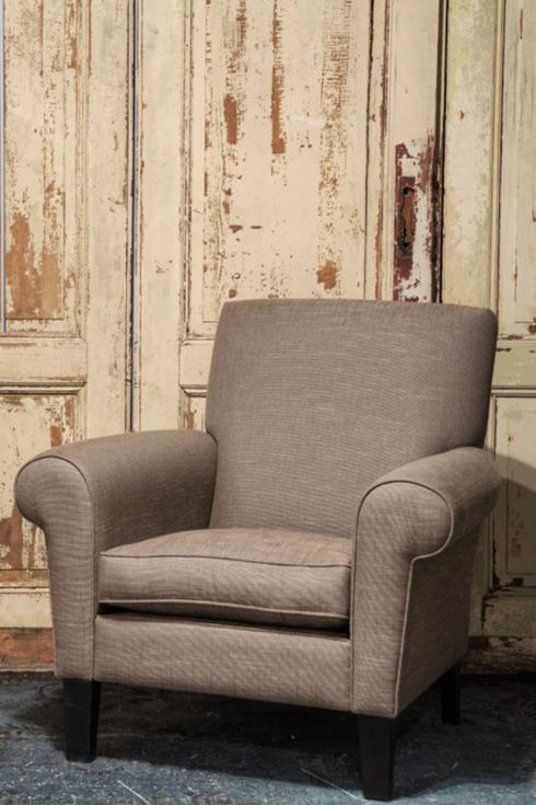 Een prachtige ruime fauteuil met een ronde arm. Het zitkussen is gemaakt van latex sticks.