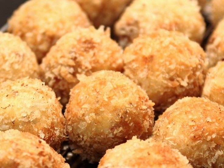 For an indulgent Christmas treat that are perfect for parties, or little bites for unexpected guests during the holidays, try these Sparkenhoe Red Leicester dumplings with Panko breadcrumbs. Serve with a side dip of Tomato Chilli Chutney.