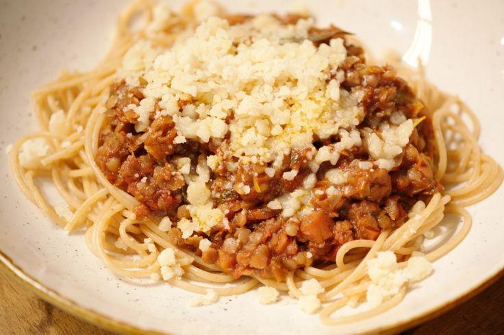 Dit is de vegetarische versie van een Italiaanse klassieker. Het gehakt vervangt Jeroen door linzen, maar verder wordt de ragù op de traditionele manier bereid.