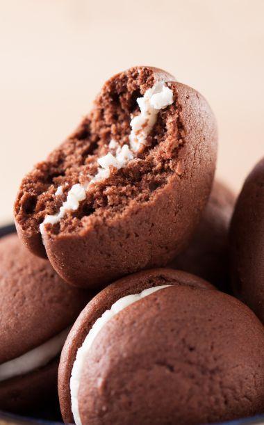Ingrédients: pour 15 whoopies – 100 g de farine – 50 g de sucre – 40 g de beurre – 60 g de chocolat – 2 œufs – 1/2 sachet de levure Pour la crème: – 1 blanc œuf – 2 cuillère à café de sucre glace – 4 grains de vanille – 1 cuillères …