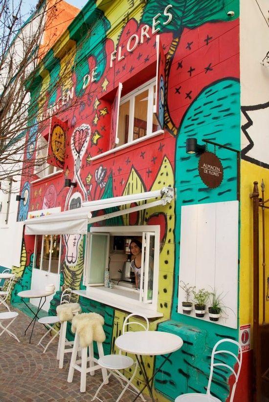 Almacén de Flores Tigre, #Argentina -------- Wow- este edificio esta muy lleno de color. Es muy interestante a poner murales en un restuarante. Me pregunta si la comida esta bien.