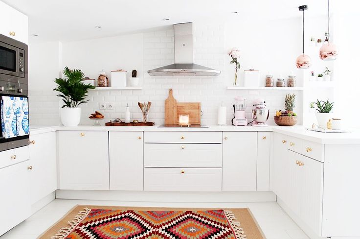 Bienvenue dans notre nouvelle cuisine, qui est comme je l'imaginais: claire avec des touches de couleurs qui lui donnent un petit air éclectique et bohème-chic...