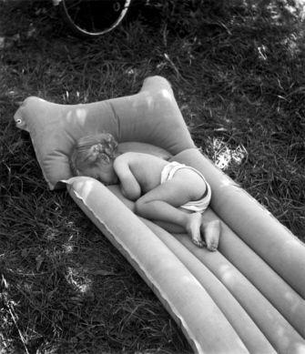 Le matelas pneumatique, bords de Marne 1944 |¤ Robert Doisneau | 23 juillet 2015 | Atelier Robert Doisneau | Site officiel