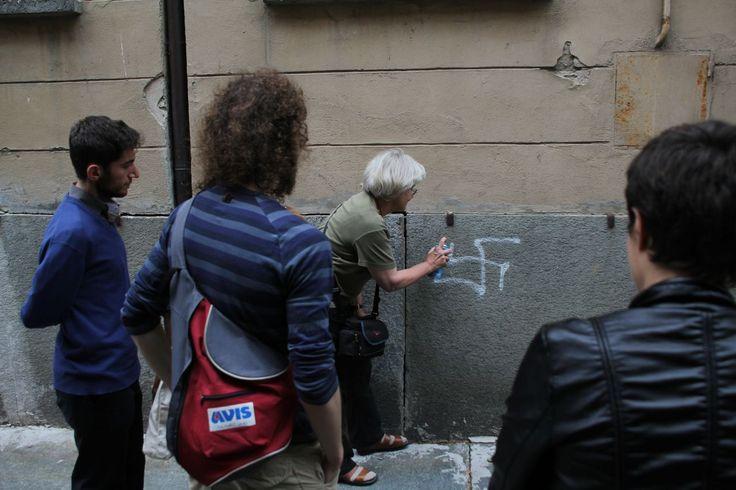 Oprør. Irmela Mensah Schramm har de sidste 28 år fjernet hagekors og andre hadske symboler fra gadebilledet i Berlin. - Foto: Privat foto
