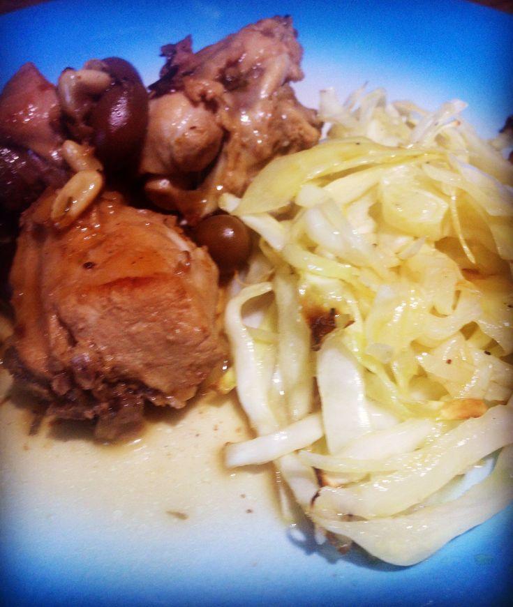 Coniglio alla ligure con olive taggiasche e pinoli con cavolo cappuccio cotto in forno