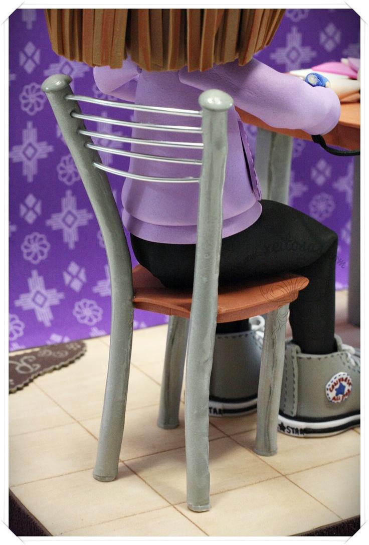 Fofucha haciendo manualidades, en concreto sus propias fofuchas. Personalizada con sus gafas, sudadera, zapatillas converse, etc Todos los detalles hechos en goma eva www.xeitosas.com