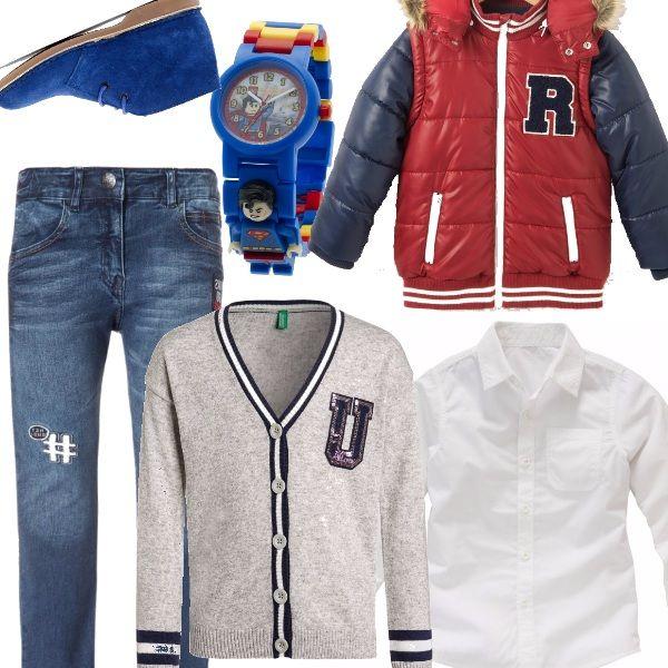 Un piccolo bimbo, già notato per il suo look curato nei dettagli. Piumino in rosso e blu, jeans slim con dettaglio sulla gamba, cardigan, stile collegiale, abbinato ad una classica camicia bianca, polacchine in camoscio in celestone e orologio, super divertente, di superman.