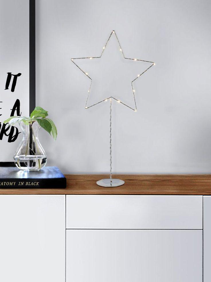 Batteridrevet stjerne på fot i kromfarget metall med dew drop slynge fra Star Trading. Sparkling LED Stjerne har 15 LED-lyskilder med varmhvitt skinn og er fin å sette i vinduet eller på en hylle. Den innebygde timeren gjør det lett å stille inn når stjernen skal lyse.