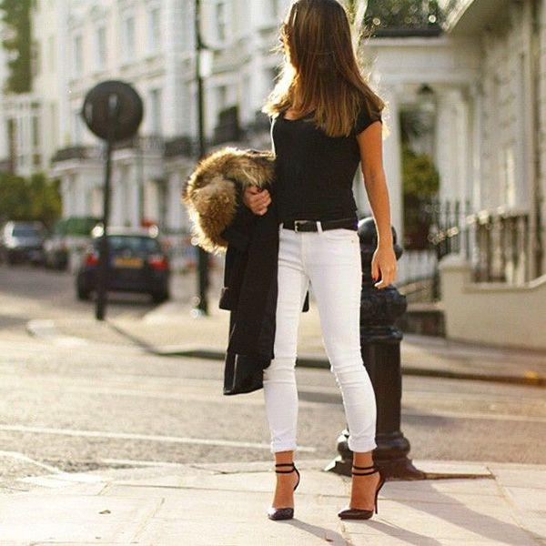 calça branca + camiseta preta + casaco de lã preto