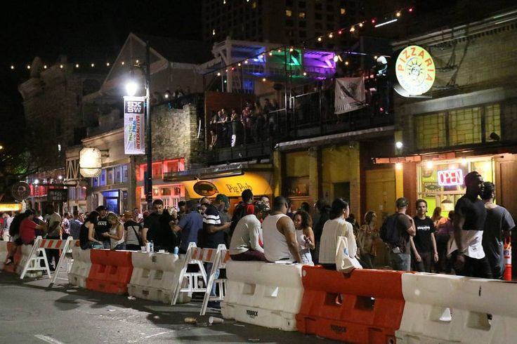 2016.03.18. #미국 #텍사스 #오스틴 #6번가  #SXSW 음악 페스티벌 현장. 동쪽 6번가에 있는 모든 바와 클럽에서 새벽 2시까지 공연이 계속 있다. 그리고 마리화나 냄새도 계속 된다.... #canon  #canon70d #usa #america #austin #texas #6thstreet #street #streetphotography #music #festival by violet_crystal