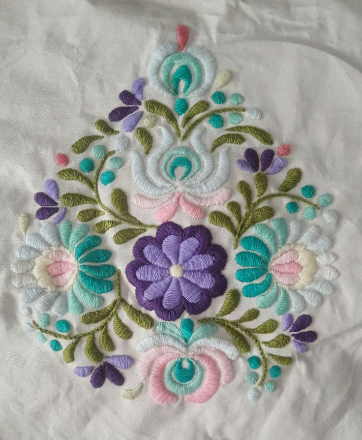 Funda de almohadon. Bordado tipo mexicano en colores. Una belleza!