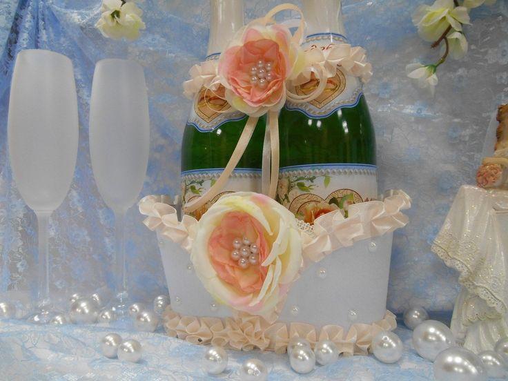 Корзинка для двух бутылок свадебного шампанского  из белого атласа. Декорирована лентами персикового цвета, розово-кремовыми розами с жемчугом. #корзинка #свадьба #шампанского #бутылок #персиковый #белый #розы #жемчуг #декор #ручнаяработа #soprunstudio