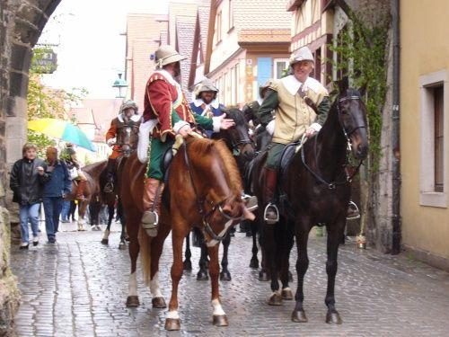 ロマンチック街道で有名なのはローデンブルグです。ちょうどマイスタートゥルンクのお祭りだったようで騎馬隊がでたり仮装したり楽しめました。町並みが一番綺麗だったですね。2泊ぐらいしたいところです。