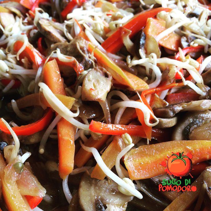 Champiñones, cebolla, pimentón, zanahoria, germinados y un toquecito de salsa soya... ¡Quiero repetir! #SugoDiPomodoro #Nutrición #Recetas #FoodPorn #Tasty #ClasesDeCocina #Gastronomía #Cocina #SugoDiPomodoroCocina #CocinaParaPerezosos #QueHacerEnMedellin