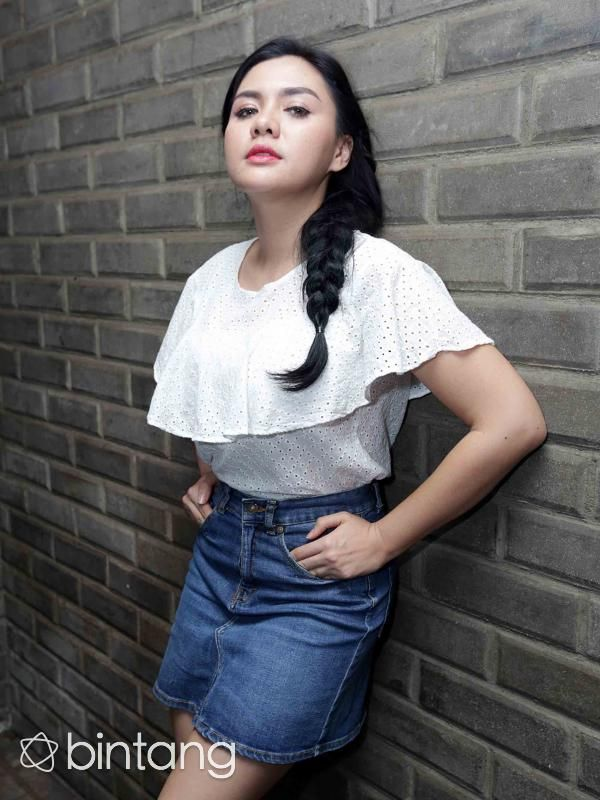 "Menjadi salah satu penampil, Vicky Shu merasa begitu antusias bisa sepanggung dengan dua DJ yang sudah dikenal di beberapa negara di dunia tersebut. ""Kalau untuk kolaborasi sama DJ lokal udah sering tapi untuk kolaborasi dengan DJ luar baru kali ini. Authenticity sekarang ini menyuguhkan kolaborasi seru ya,"" kata Vicky Shu (Deki Prayoga)"