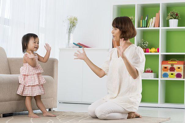 Dê uma olhada nestas ideias simples de jogos de rima para crianças pequenas. Os jogos de mãos são ótimos para a construção de cenários e para promover o desenvolvimento emocional interpessoal.