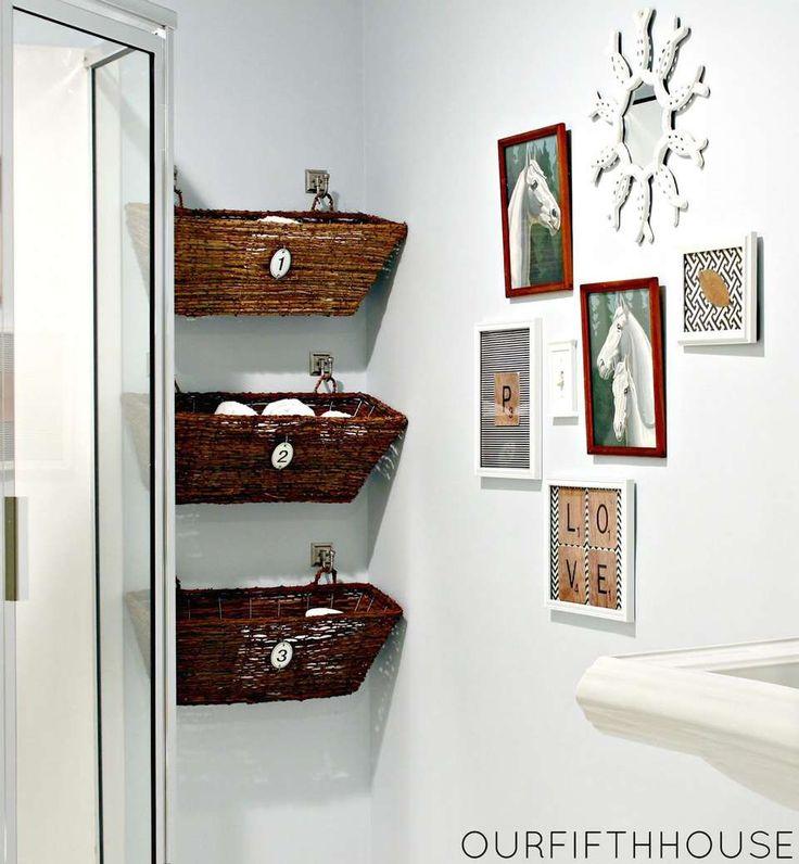SMAL VEGG: En ledig veggflekk i en krok kan utnyttes på mange måter. Her har de hengt opp kurver til baderomsartikler.