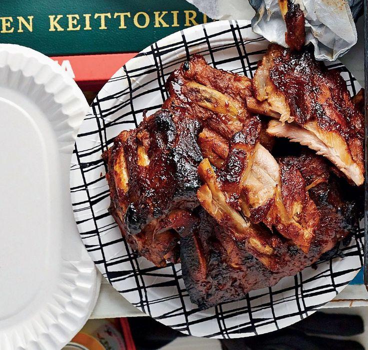 Näiden ribsien lihat maustuvat yön yli ja paahtuvat uunissa mehukkaiksi. Lihan keitinvesi kannattaa säästää ja käyttää lihaliemenä.