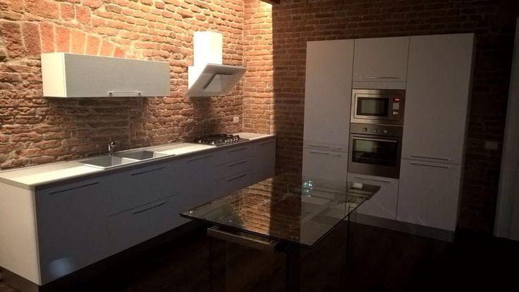 Work in progress... cucina modello Noemi bianco lucido e tavolo in cristallo trasparente... presto nuove fotografie dal nostro LUBE Store di Brescia!