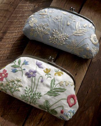刺繍を施した生地を使って作られたがまぐちポーチ。