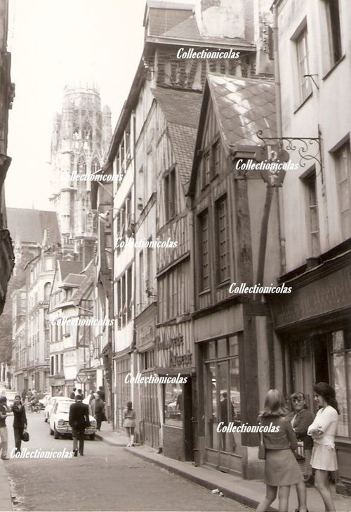 The Mary Quant's look in the old streets of the city.  Rouen1972  RueDamietteCollectionicolas