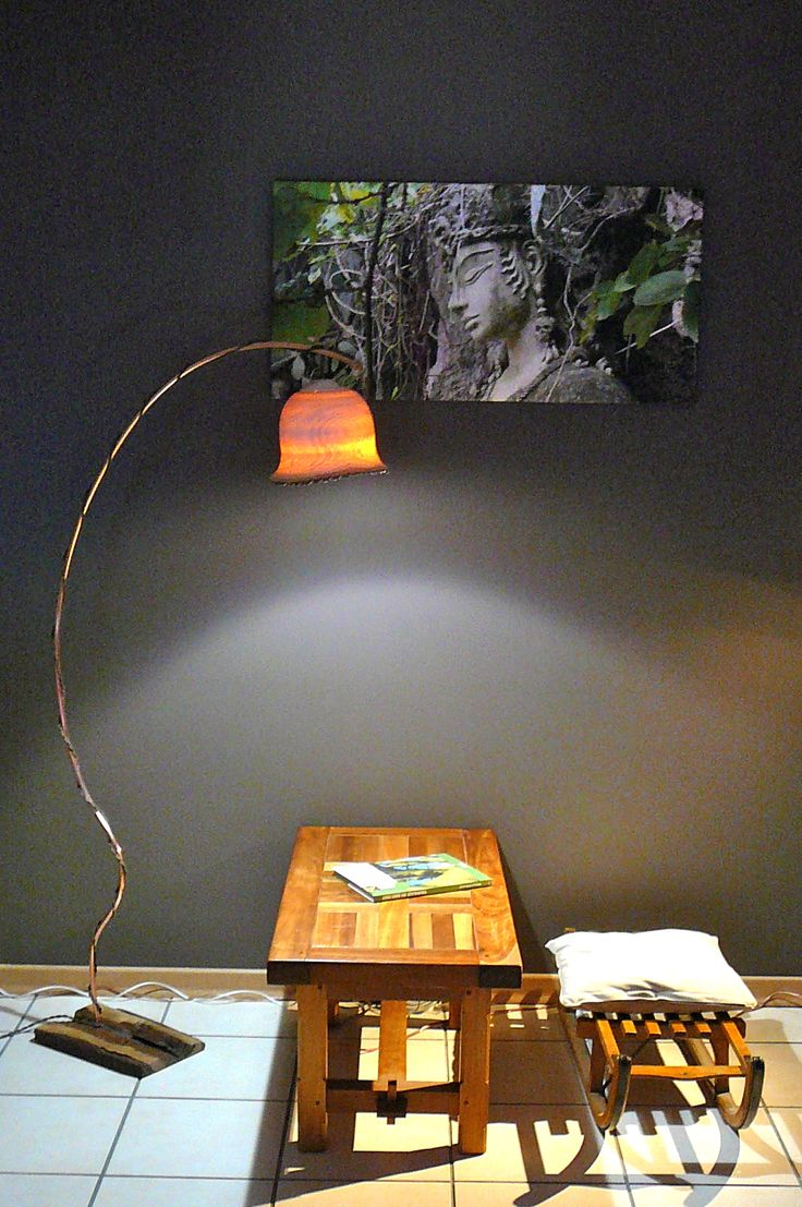 Liseuse. Abat-jour en Frêne translucide D : 24 cm, pied en Nouer, tige en Cuivre. H : 1,60 cm.