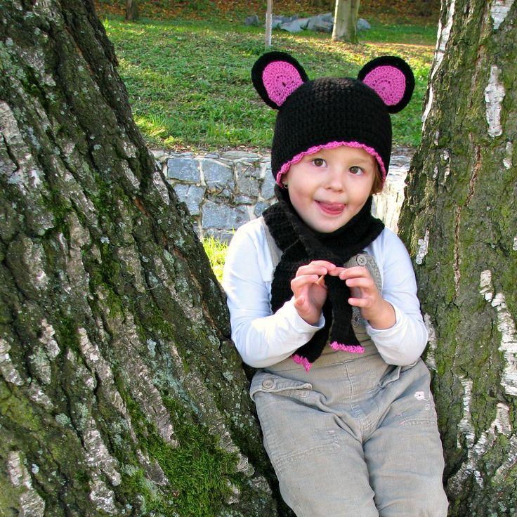 Čepice s ušima a šála Zimní čepice s šálou Velikost čepice 50-52 cm ( modelka má 3 roky) Šálka s ozdobným okrajem ( jako lem čepice) , na jedné straně průvlek , není tedy nutno šálu vázat Silnější vlna, čepice vhodná na zimu