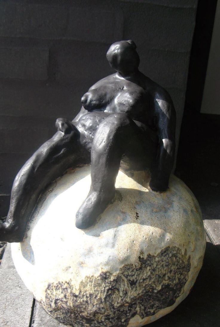 Keramik skulptur by Bendixen - ude/inde skulptur kan tåle frost. Udstilles hos Galleri Art Corner i Randers.