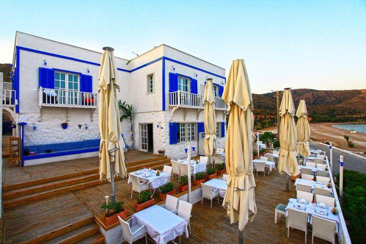 OTEL MAVİ BEYAZ   Ege ve Akdeniz mimarisinin en güzel örneklerinden birini sergileyen Otel Mavi Beyaz, Datça'nın parlayan yıldızı Palamutbükü'nde, mavi ahşap panjurlu beyaz binası ile Santorini havasını Datça kıyılarına taşıyor.   Bu özel butik oteli daha yakından tanımak için; http://bit.ly/1IuSnHY