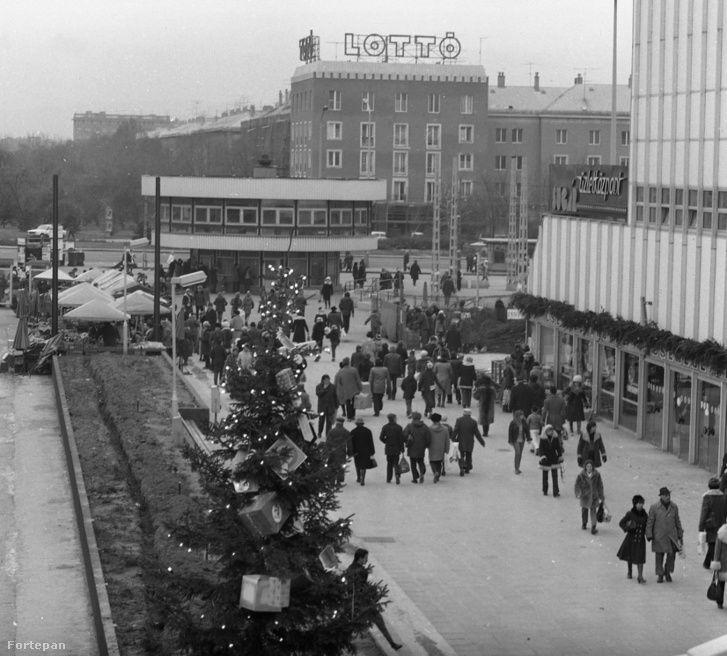 A Sugár egy évvel a nyitás után 1981-ben. A pavilonok még valószínűleg ideiglenesek (karácsonyi vásár van), a későbbi bódésor helyén még virágágyás van. Háttérben a szocreál TOTÓ-LOTTÓ ház