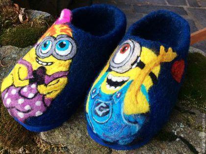 Купить или заказать Тапочки детские «Миньоны» в интернет-магазине на Ярмарке Мастеров. Тапочки свалянные вручную из натуральной шерсти, в технике мокрогои сухого валяния. Рисунок выполнен из высококачественной цветной шерсти. Миньоны (англ. Minions) персонажи из американской анимационной комедии, релиз которой состоялся летом 2015 года.