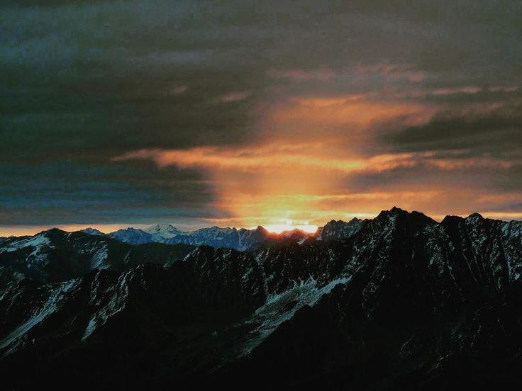 Schönes Wochenende  euch allen   #sonnenaufgang #sunrise #wunderbar #wonderful #paznaun #ischgl #galtür #sporthotelsilvrettaischgl #silvretta #silvrettaischgl #mountain #relaxifyoucan