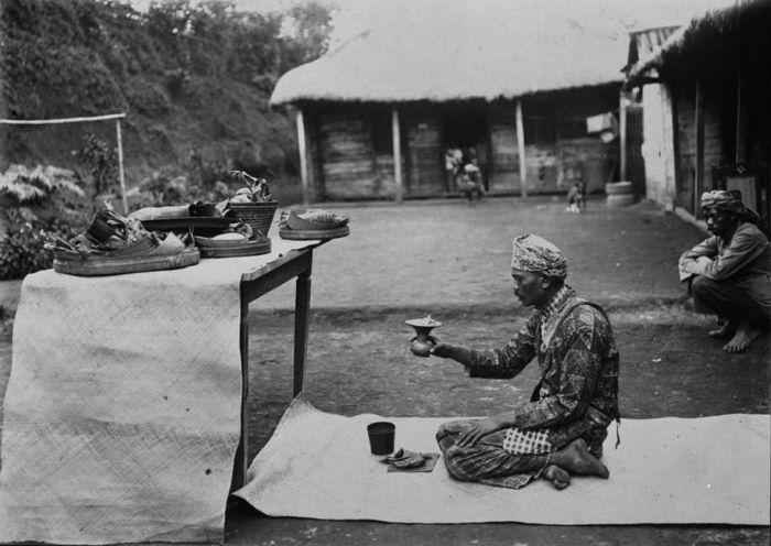 Hindoe priester op Tosari, Oost-Java. TROPENMUSEUM (1915-1918)