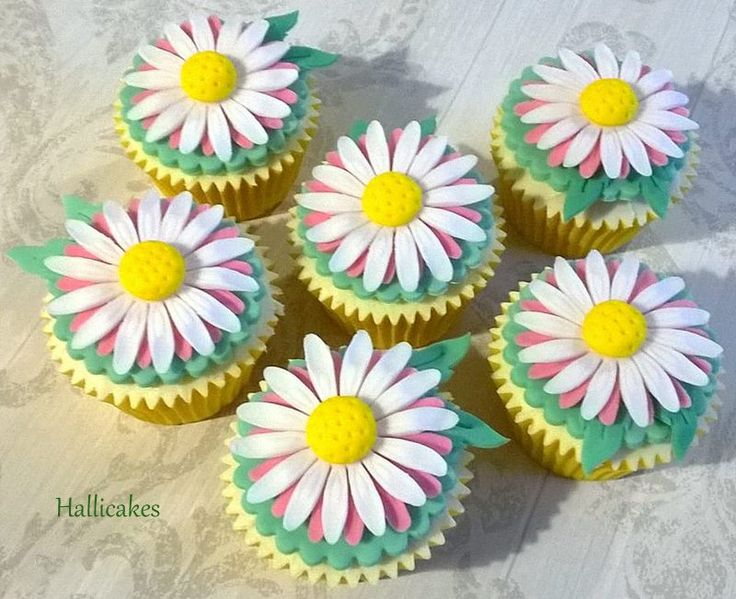 Pretty daisy with a dash of pink cupcakes. Making flowery cupcakes puts me in a good mood :)