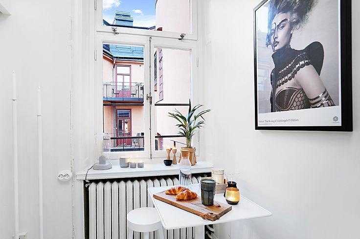 Liten matplats vid högrest fönster