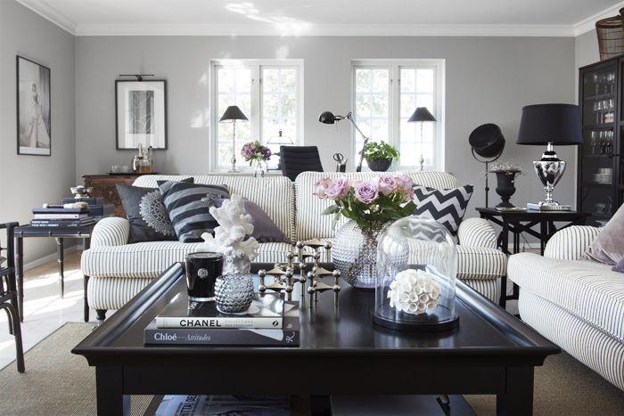Underbart vardagsrum med Howardsoffor och soffbord från Ilva. Vas och glaskupa, Mio.