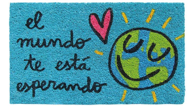 Felpudo El mundo te está esperando. Un felpudo original y muy colorido perfecto para regalar. Con diseño de Anna Llenas, y lo tenemos en Decocuit, regalos y decoración en Burgos y también en www.decocuit.com.