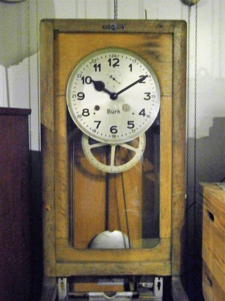 68A. Bürk Prikklok, identiek aan 68 maar deze keer met een signaal uurwerk er in. Een soort schakelklok. Best mogelijk dat hij ook pulsen kan geven om de slave aan te sturen. Ik weet er nog te weinig van gewoon..