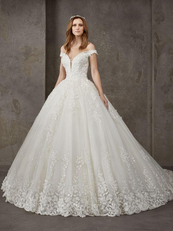 400c04059b7da Pronovias Prenses Gelinlik Modelleri Omuz Açık Geniş V Yaka Düşük Kol  Dantel Detaylı #moda #fashion #fashionblogger #wedding #weddingdresses ...