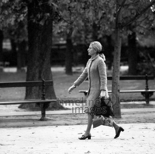 Frau im Jardin du Luxembourg in Paris, 1967 Juergen/Timeline Images #Atmosphäre #atmosphärisch #Design #Designkonzept #Farben #Konzept #kreativ #Kreativität #Moodboard #Mood #Stimmung #stimmungsvoll #Thema #Moodboardideen #Moodboarddesign #Paris #Cafe #Kontraste #Touristen #Jacken #Mäntel #60er