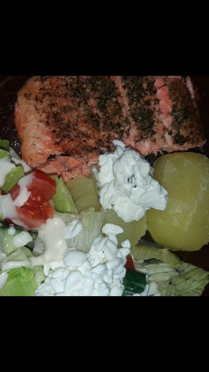 Lohta ja perunaa salaatin kera