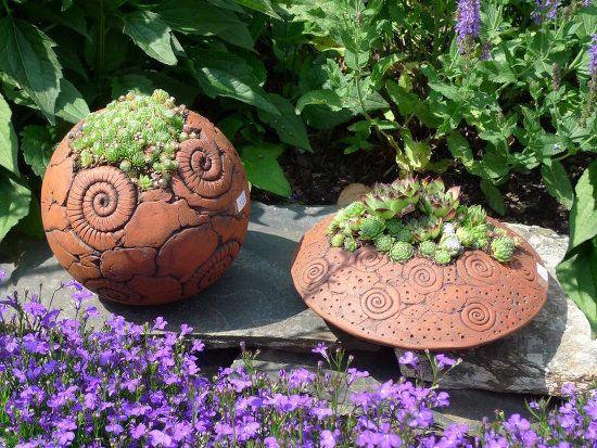 Pflanzgefäße in Kugel- und Linsenform